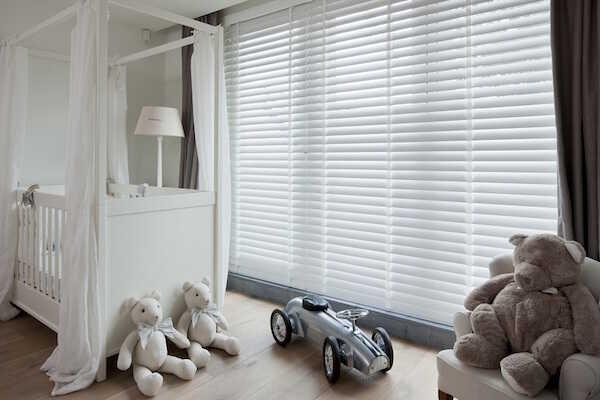 Hvide træpersienner i børneværelse