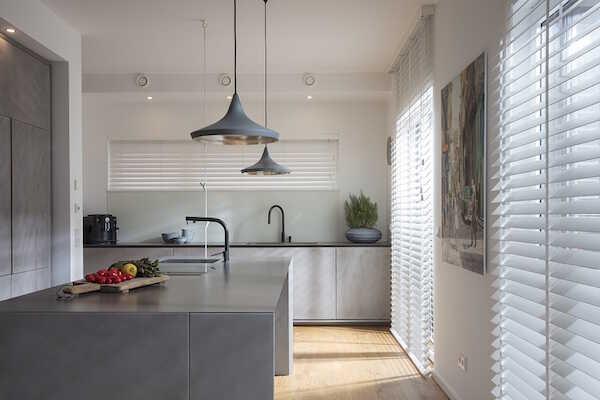 Hvide træpersienner i køkken