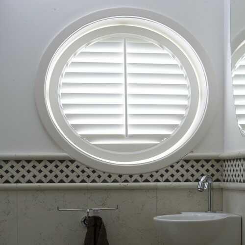 Jasno Shutters i rundt vindue på badeværelse