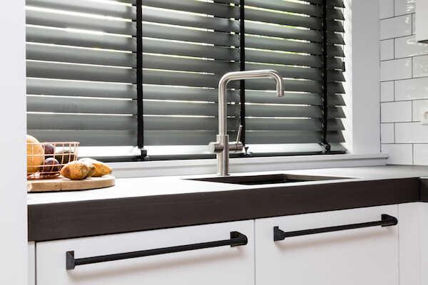 Sorte persienner i køkken