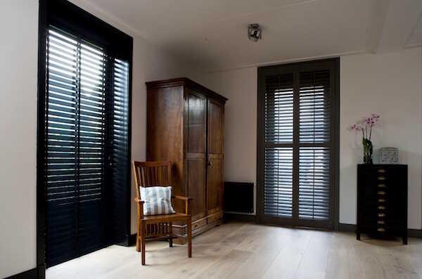 Sorte træpersienner i soveværelse