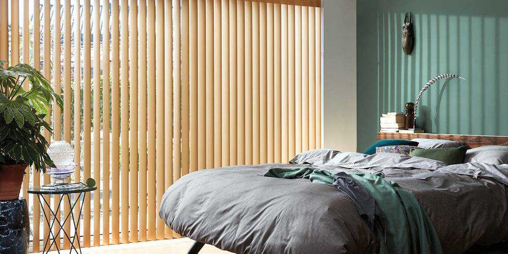 Naturfarvede lamelgardin i soveværelse